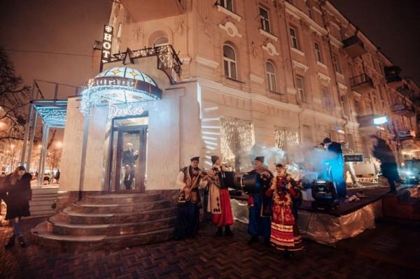 Гостей возле входа в ресторан встречали музыканты и угощали горячим глинтвейном