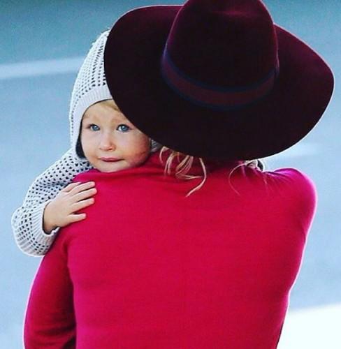 Дочь Владимира Кличко на руках у мамы