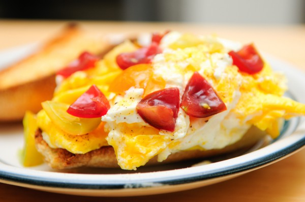 Рецепт                  Бутерброд с жареным яйцом и помидорами