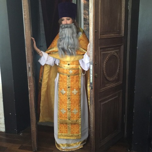 Ксения Собчак в рясе священника