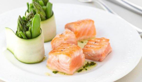 Рецепт                  Жареные кубики семги с овощными роллами