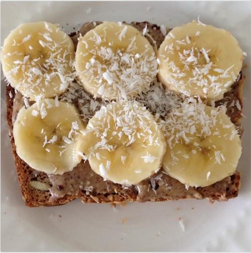 Тост с миндальным маслом и бананом