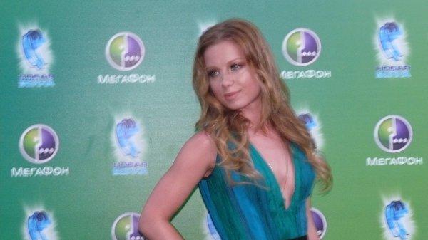 Юлия Савичева пришла на Новую волну 2012 в красивом платье с глубоким декольте