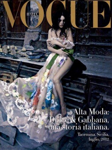 На обложке Моника Беллуччи прикладывает дизайнерское платье к обнаженному телу