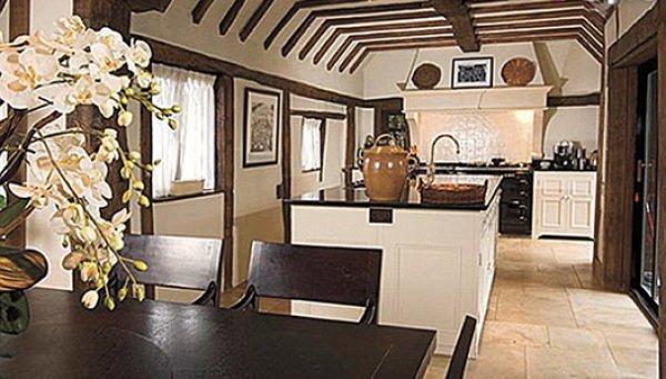 Интерьер дома, в котором семья Джоли-Питтов провела лето