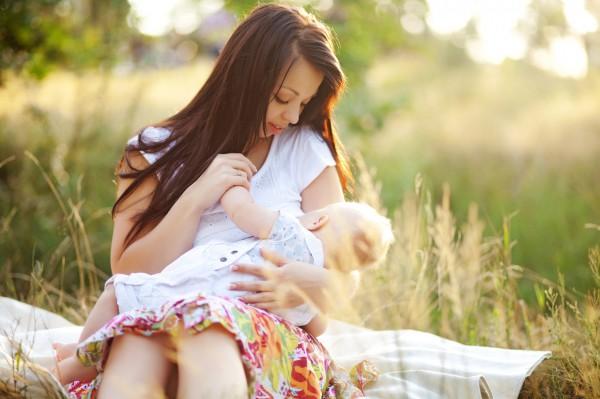 Как правильно прикладывать и кормить малыша