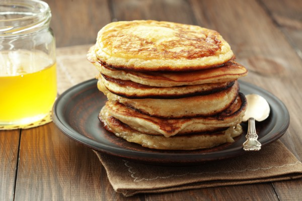 Панкейки подают с маслом, медом или кленовым сиропом