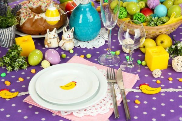Даже если ты используешь для сервировки простую белую посуду, не забывай о ярких декоративных деталях.