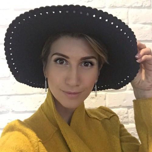 Анита Луценко подарила автору лучшего совета шляпку