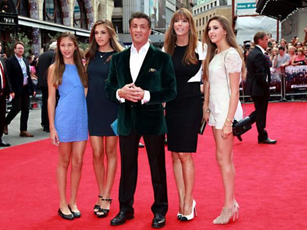 Актер со своей женой Дженнифер Флавин (вторая справа) и с тремя совместными дочками