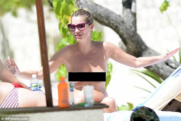 39-летняя модель Кейт Мосс загорает топлес на Ямайке