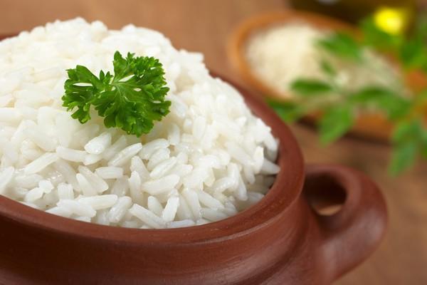 Вареный рис оказывает закрепляющее действие