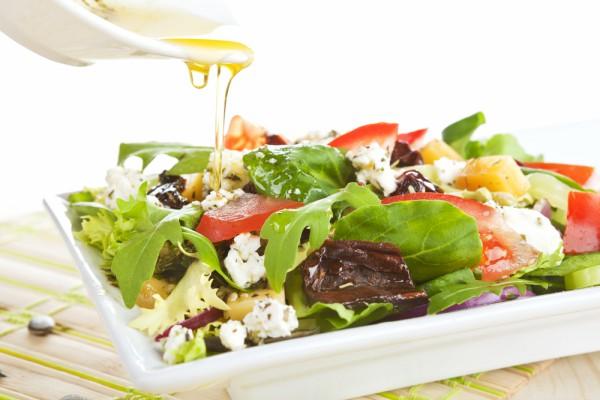 Овощные салаты заправляют соусом винегрет