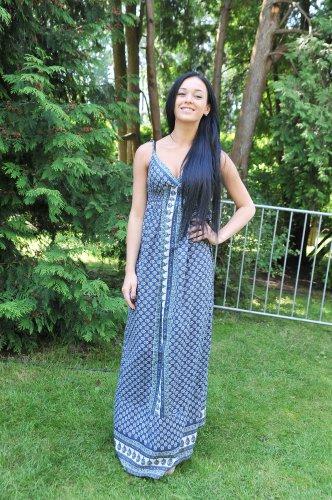 Мария Яремчук в длинном платье