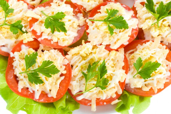 Фаршированные помидоры с крабовыми палочками и сыром