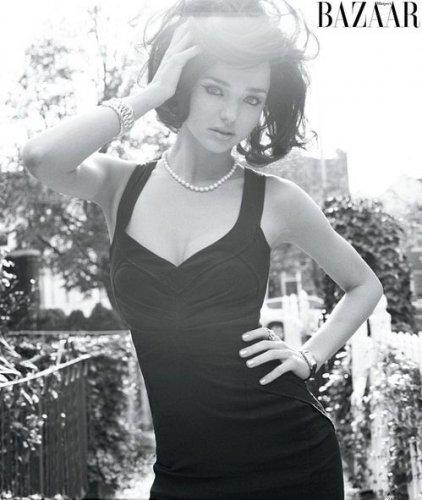 Платья со смелым декольте и дерзкие стрелки в макияже фотограф использовал в новом образе Миранды Керр, чтобы добавить драматизма фотосессии