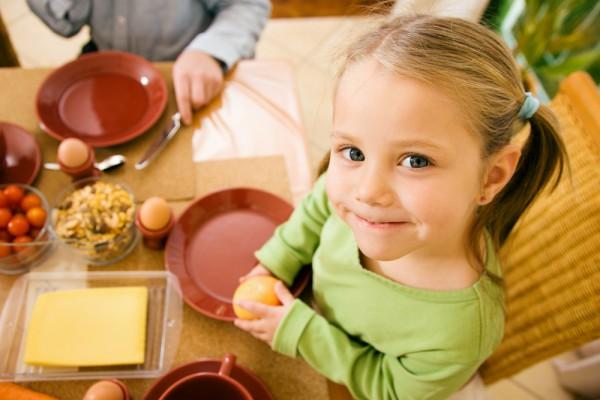 Давай ребенку настой шиповника, готовь блюда с брюссельской капустой и болгарским перцем
