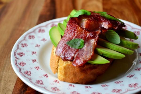 Бутерброд с авокадо и ветчиной