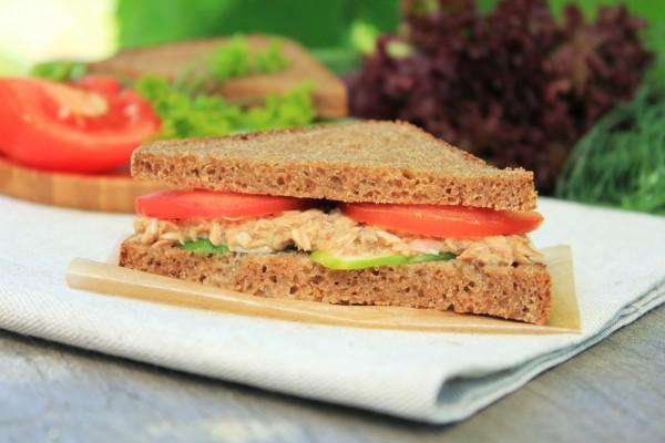 Рецепт                  Сэндвичи с тунцом и помидорами