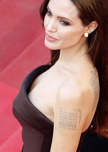 Джоли удалила грудь из-за угрозы рака