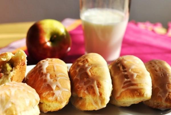 Пирожки с яблоками станут еще вкуснее, если подавать их с молоком