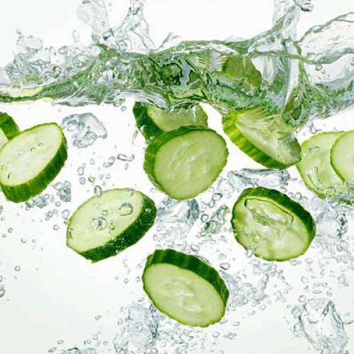 Огурец. Содержание воды: 96,7%. Огурец в сравнении с любой другой твердой пищей содержит наибольшее количество жидкости. Огурец – идеальный ингредиент для легких салатов и освежающих летних супов.