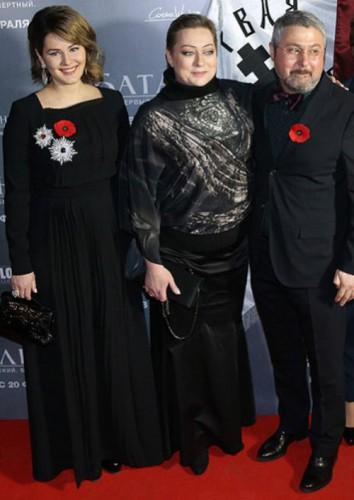 Мария Кожевникова (слева) на премьере фильма Батальйон