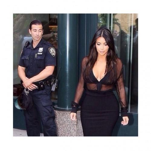 Полицейский засмотрелся на ягодицы Ким Кардашян instagram.com/kimkardashian