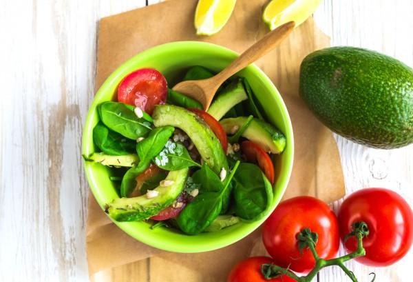 Постный салат из авокадо и шпината