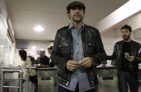 Хавьер Бардем спустился в метро