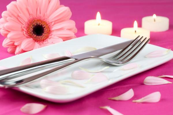 Вместо традиционных роз можно украсить стол герберами.
