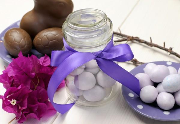 Прозрачная банка, наполненная перепелиными яйцами и повязанная лентой, украсит любой пасхальный стол.
