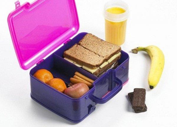 Ланч-бокс с фруктами и сэндвичами