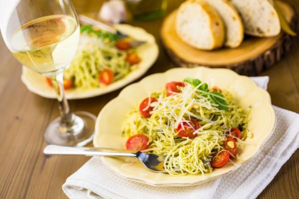 Спагетти по-вегетариански с песто и пармезаном