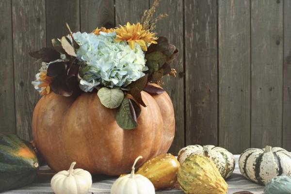 Сделать вазу для цветов из тыквы, чтобы украсить обеденный стол, очень просто
