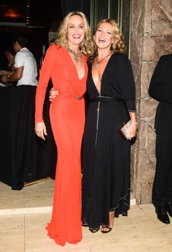 Шерон Стоун и Кейт Мосс поцеловались для благотворительности