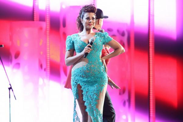 Певица Настя Каменских не комментирует слухи о своей беременности или лишнем весе, но платье для выступления на Новой волне показало округлившийся животик звезды.