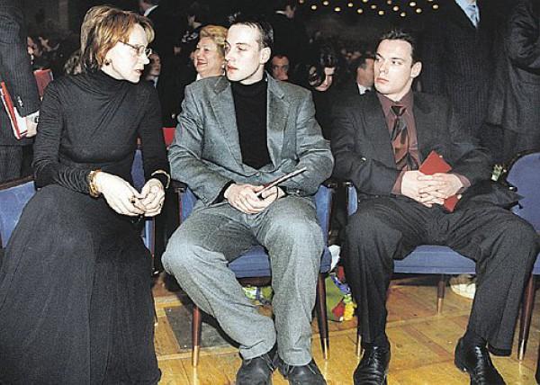 Сергей Лановой (в центре) с мамой и братом