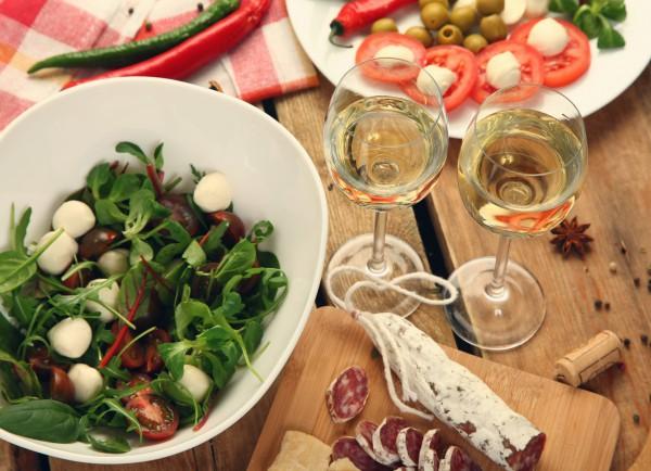 К холодным закускам принято подавать белое вино