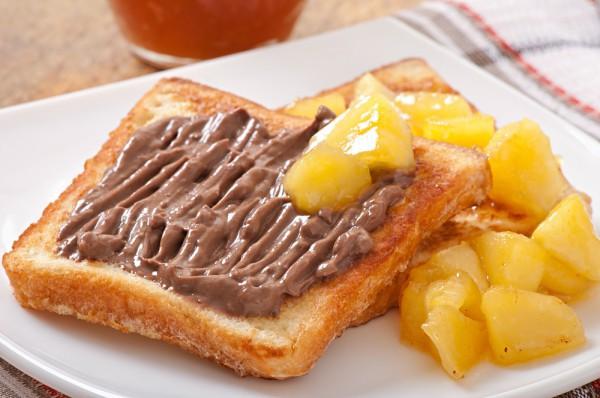 Французские тосты с шоколадом и фруктами