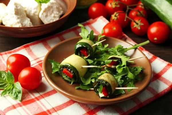 Рулетики из кабачков с помидорами