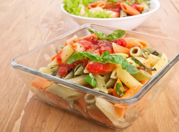 Постный рецепт: разноцветные пенне с томатным соусом и базиликом