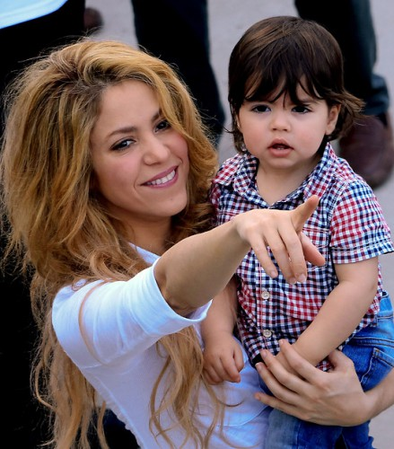 Шакира вместе с двухлетним сыном Миланом