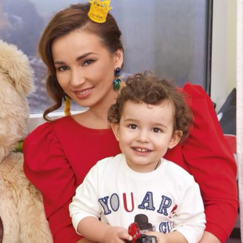 Анфиса Чехова с ребенком на руках