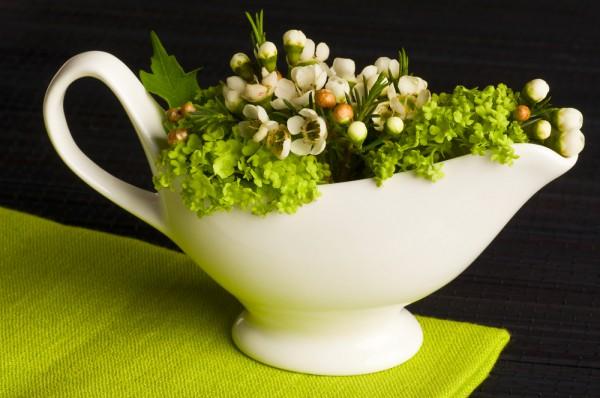Используй соусник в качестве подставки для цветов.