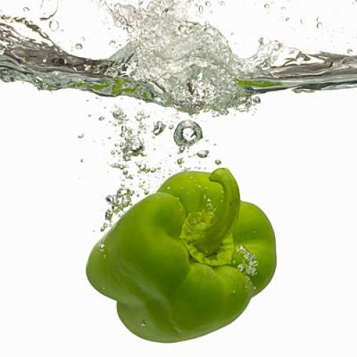 Зеленый перец. Содержание воды: 93,9%. Болгарский перец всех оттенков содержит большой процент воды, однако лидирует все же именно зеленый перец – 93,9% по сравнению с 92% у красного и желтого. И вопреки распространенному мнению, зеленый перец содержит такое же количество антиоксидантов, как и его более сладкие собратья.