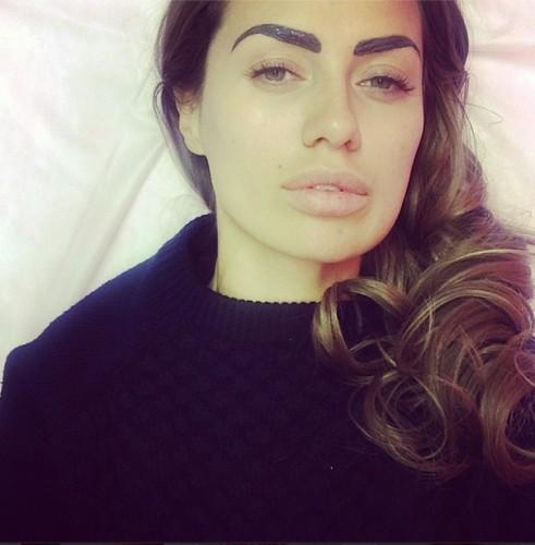 Виктория Боня показала снимок с ярко накрашенными бровями