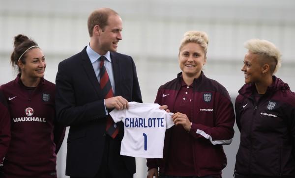 Английская женская футбольная команда преподнесла для дочки принца Уильяма именную футболку