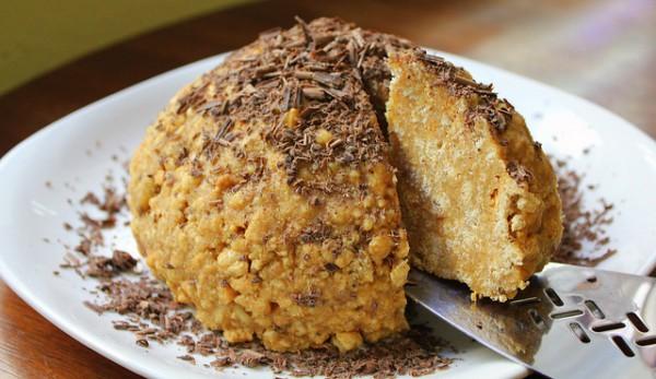 Готовый торт можно украсить шоколадной стружкой