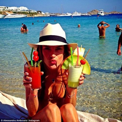 Алессандра Амброзио в бикини отдохнула на пляже